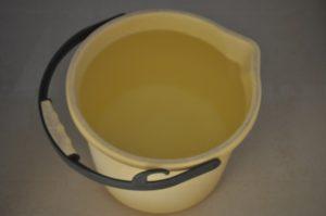 風呂の残り湯をバケツに汲む