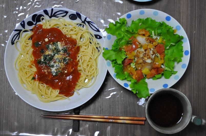 トマトソーススパゲッティと、ほたてのサラダ