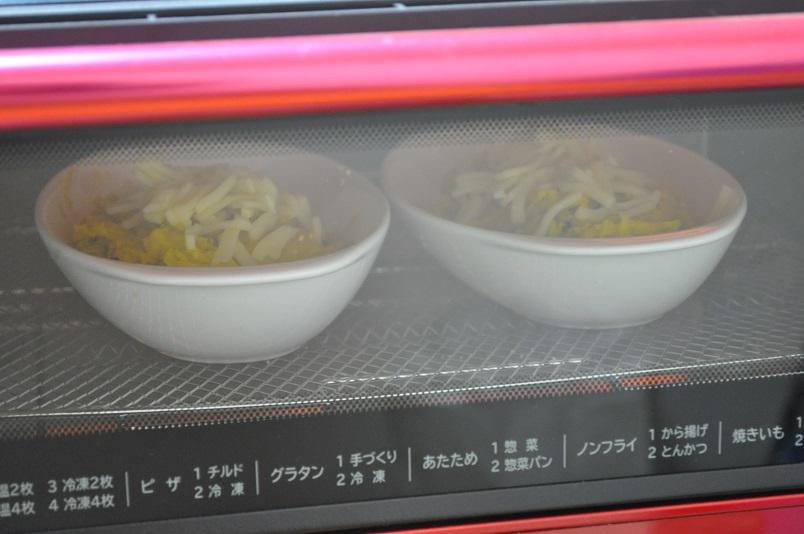 オーブンで焼きあがるのを待つ