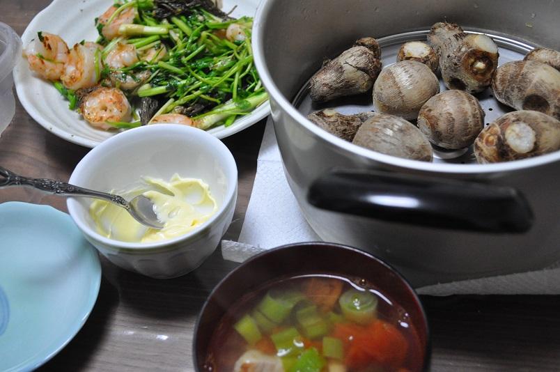 せりとエビ炒め・蒸し里芋・(豚肉・ねぎ・トマト)中華スープ