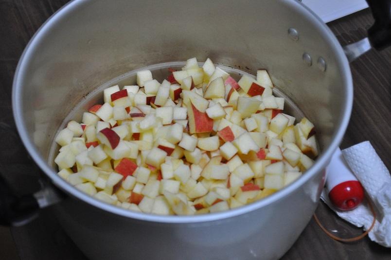 刻んだりんごを鍋にセット