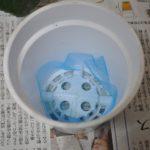鉢底に網を敷く