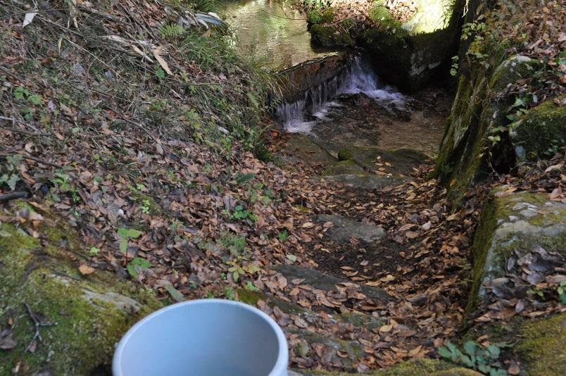 流す水を川から汲む